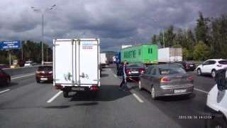 アウディ・A8に乗ったロシア人がバットを振り回して威嚇 狂ったロシアンマフィア?