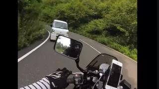 バイクでツーリング中に峠を逆走してきた軽自動車と正面衝突寸前のドラレコ 神回避!