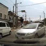 カローラ・アクシオが見通しの悪い交差点を強引に右折 ワガママ運転