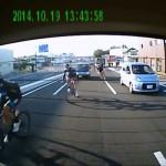 一般道で車と車の間を我が物顔ですり抜けていく自転車集団 事故が起きたら悪いのは車