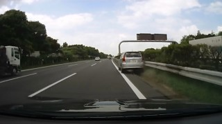 高速道路上で居眠り運転してしまうトヨタ・ウィッシュ ガードレールに衝突も奇跡的に…!?