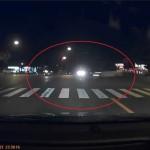 猛スピードで赤信号の交差点に侵入した車が右折車両と衝突 かすっただけでもこの衝撃!