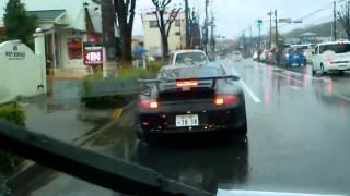 品川ナンバーのポルシェ・911が雨の一般道を猛烈に加速! 爆音サウンド!!