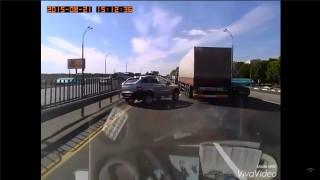 かっこ良く車線変更をしようとしたSUVが急なハンドル操作でトラックに衝突 ダサすぎ…