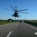ウクライナで高速道路上を超低空飛行する軍用ヘリ「Mi-8」が撮影される グラセフかよ!