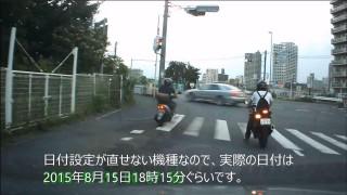 信号無視した挙句に横断歩道に突っ込む迷惑ドライバー 人を轢かなかったのが奇跡