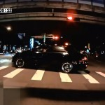 信号無視したトヨタ・カムリが分離帯に乗り上げる恥ずかしい事故 オイル駄々漏れwww