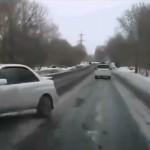 厳しい冬のロシアでスバル・インプレッサが凍結路で360度スピン!→そして何事も無く去っていく…