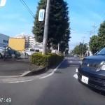 初代ボクシーが左右不確認で道路を横断 小さい原付きには要注意
