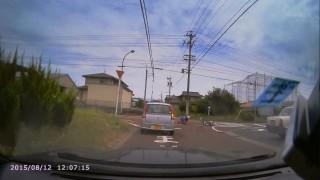 スピードに乗ったバイクがタクシーの側面に衝突! あまりの痛みに崩れ落ちる