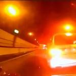 高速道路上でトヨタ・アルファードが追い越しからの急ブレーキ あわや追突!