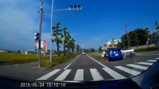 よそ見運転のトヨタ・アクアが中央分離帯に衝突…する様子を真後ろで撮影したドラレコ