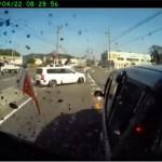 田舎道で脇見運転をしたトラックが前車に追突 ミニバンのバックウィンドウが粉砕!