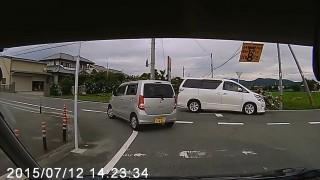 トヨタ・ヴェルファイアが一時停止を無視した自転車と衝突 自転車ごと吹っ飛ばされる