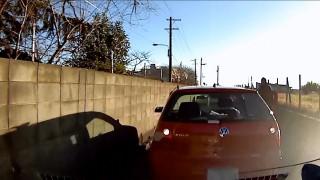 VW・ポロがアクセルとブレーキの踏み間違えで前に後ろに衝突の大暴走!→ガソリン漏れ漏れ