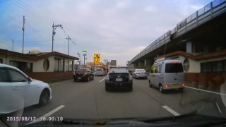 信号待ちのVW・ポロが郵便局の車に追突 自動ブレーキがあれば防げた事故
