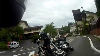 バイクがバイクに追突する瞬間を撮影した珍しい映像 案の定コケてて痛そう・・・