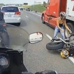 これぞ奇跡 すり抜けに失敗した女性ライダーがトラックの車輪に巻き込まれるも怪我無し生還!