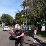 【ロシアの日常】ただの交通トラブルでロシア人が拳銃で発砲 それをただ見守る彼女…