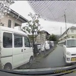 絶対に譲らない軽自動車VS軽自動車 狭い住宅街の道路で醜い争い