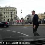 アウディ・A4に乗ったロシア人が「歩行者に車を触られた」と激怒! 歩行者を川に投げ飛ばす