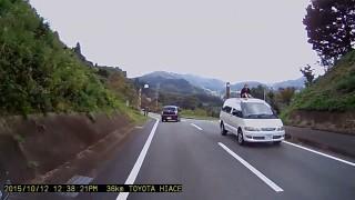 峠道で子供を車の屋根に乗せて走るミニバンを発見! 滑って落ちたらどうすんだこれ…