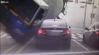 韓国で信号無視したミキサー車が横転 止まっていただけの車が一瞬でぺちゃんこに・・・