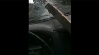 前の車が跳ね上げた木材がフロントガラスを貫通! 右ハンドルだったら即死!?