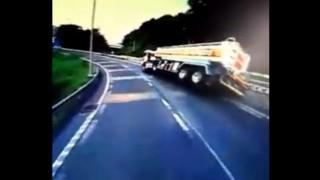 東名高速で発生したタンクローリーの横転事故の瞬間 運転手死亡で20tのガソリンが流出