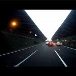 タクシーが高速道路で一気に2車線変更しようとして失敗 衝突回避でタコ踊りに
