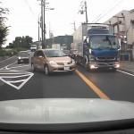 撮影車が譲った車両とトラックがサンキュー事故寸前に→何故か撮影車が逃亡開始wwwwwww