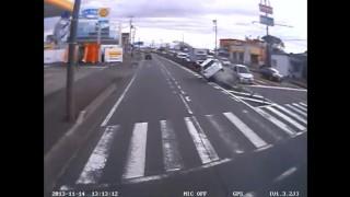 トヨタ・アクアが脇見運転? 中央分離帯に乗り上げてザザザザザザザザザ
