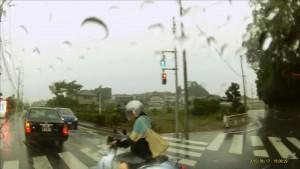 原付に乗ったおばさんが対向車が左折中に強引に右折 いるいるいるいる