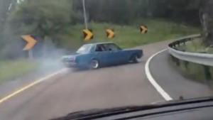 高速道路のジャンクションで旧車のトヨタ・マーク2が白煙を上げてドリフト!!