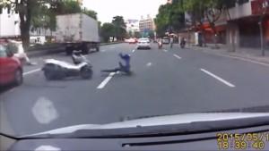 原付に二人乗りで乗ったDQNが警察を振りきった瞬間に車に吹っ飛ばされる事故 テンポ良すぎwww